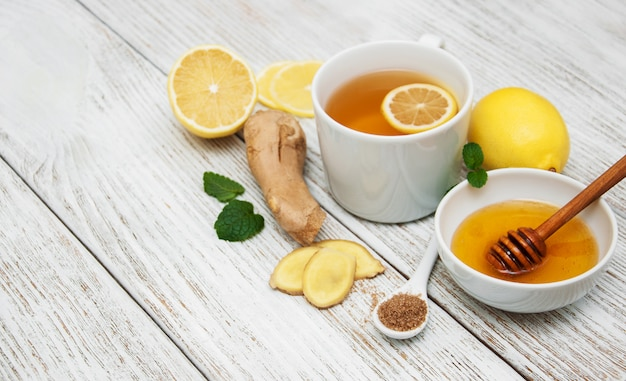 Чашка чая с лимоном и имбирем