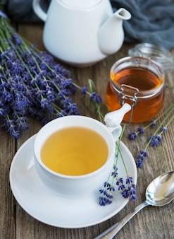 一杯の紅茶とラベンダーの花と蜂蜜