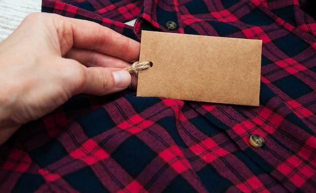 赤黒の市松模様のシャツ、タグ