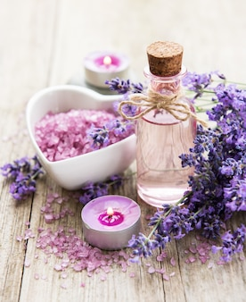 Чаша в форме сердца с морской солью, маслом и свежими цветами лаванды