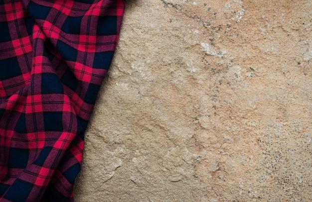 石の表面に市松模様のナプキン