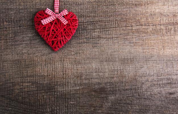 心の装飾とクリスマスツリーの枝