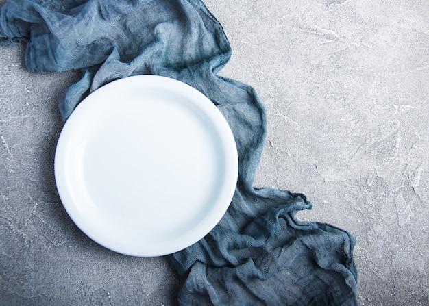 Пустая белая тарелка с нупкином