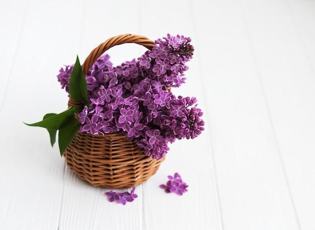 ライラック色の花のバスケット