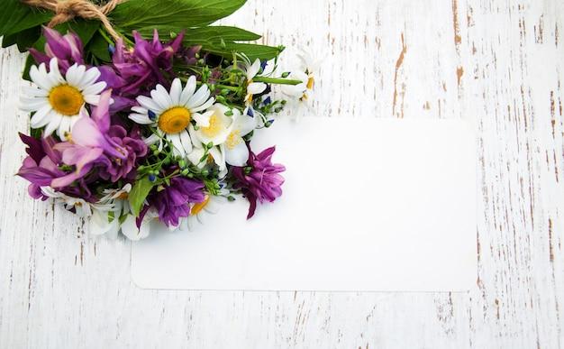 ビンテージタグ付きの野生の花