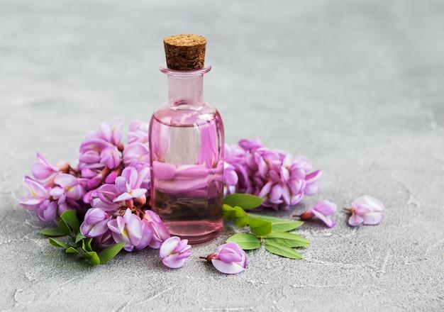 Эфирное масло и розовые цветы акации