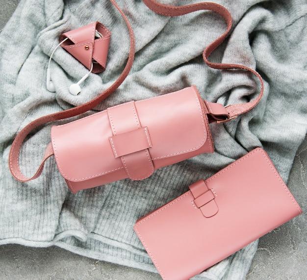 ピンクのレザーバッグとアクセサリー