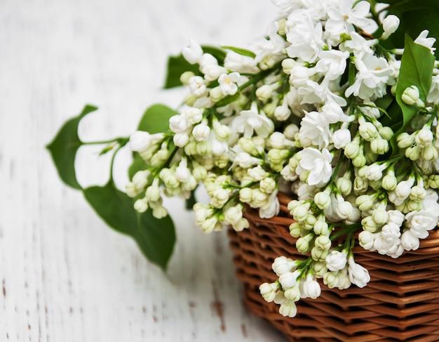 白いライラック色の花のバスケット
