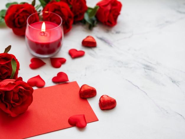 День святого валентина романтичный - красные розы, свечи и сердечки