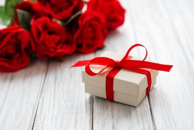 バレンタインギフトボックスとバラのブーケ