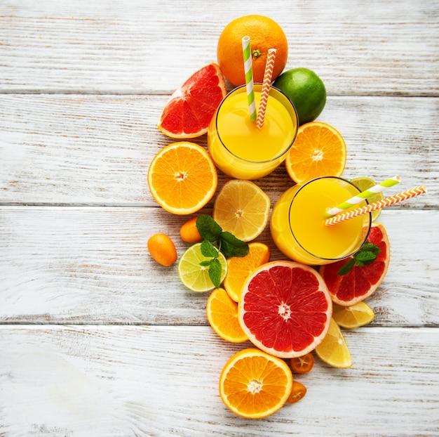 ジュースと柑橘系の果物のグラス