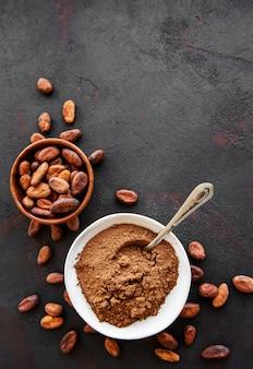 Чаша с какао-порошком и бобами