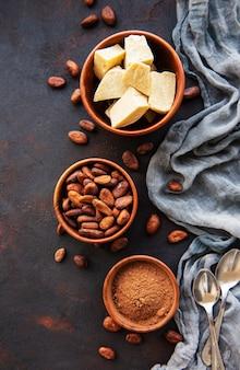 カカオ豆、粉とバター
