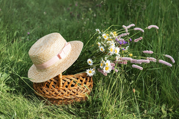 野生の花のバスケット