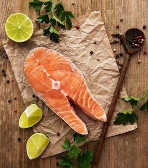 Сырые стейки лосося