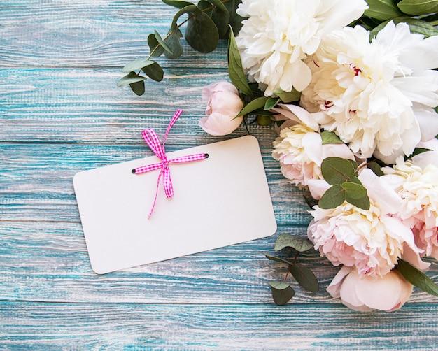 ピンクの牡丹と結婚式の招待状