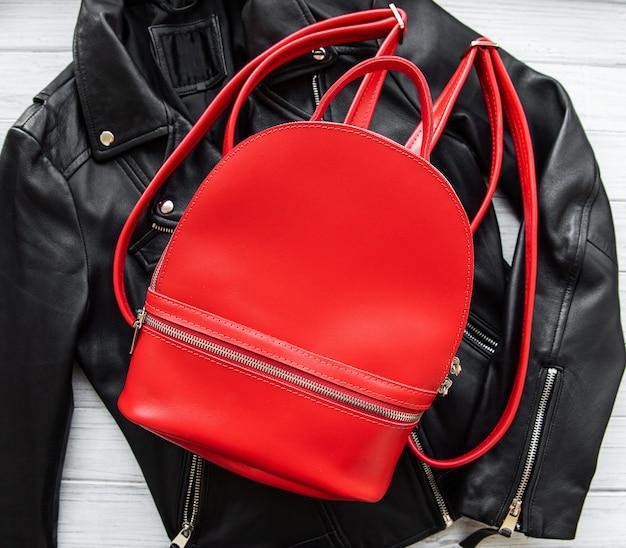 赤い革のバックパック