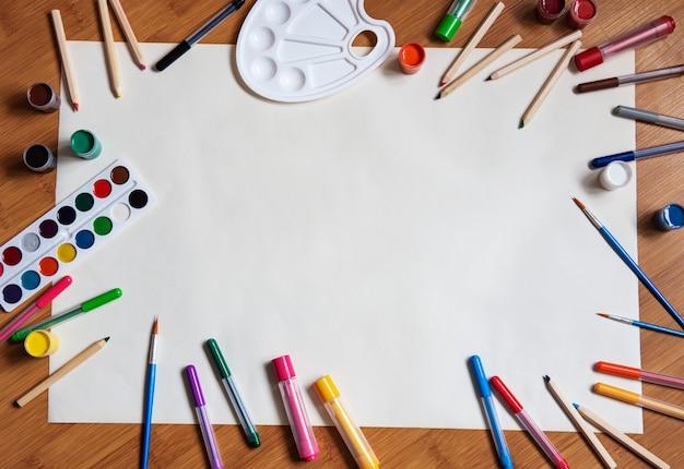 木製の机の背景に学用品