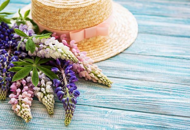 麦わら帽子とルピナスの花