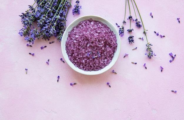 ラベンダーの花と自然化粧品のフラットレイアウト構成