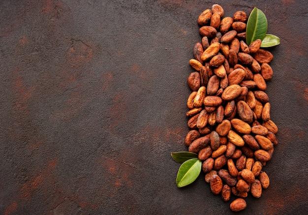 茶色の背景に生のカカオ豆