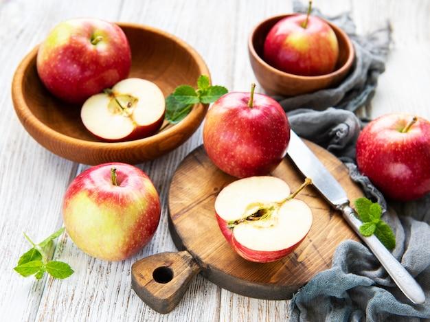 Свежие красные яблоки