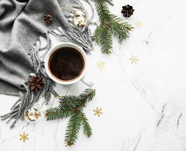 コーヒー、スカーフ、装飾品のカップ