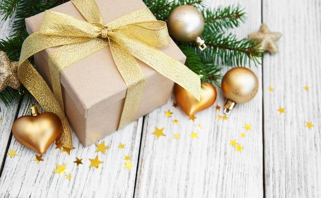 Рождественская подарочная коробка и шары