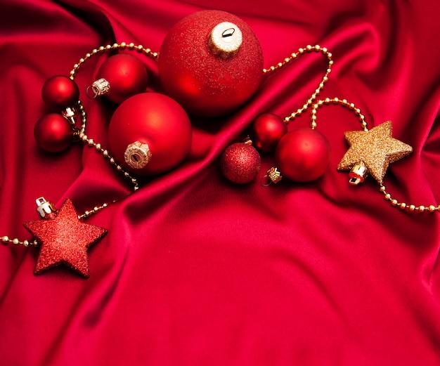 Рождественские безделушки на красном шелке