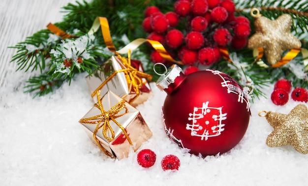Рождественские украшения в снегу