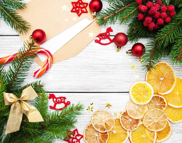 白い背景の上のクリスマスの休日の装飾フレーム