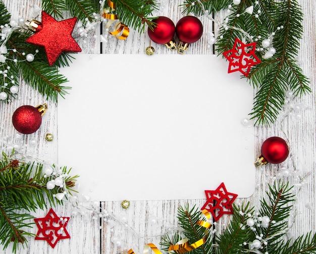 Рождественский фон - чистый лист бумаги с украшением