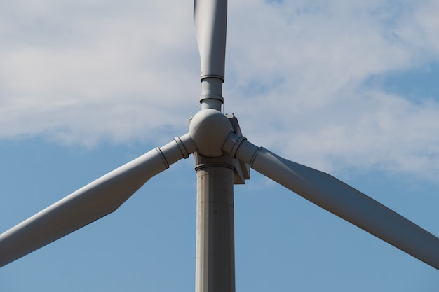 青い空を背景に風車の発電機。閉じる