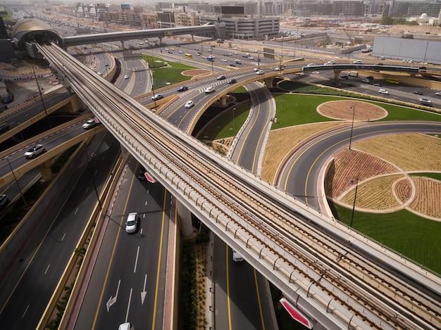 ドバイ、アラブ首長国連邦の高速道路のジャンクションの航空写真