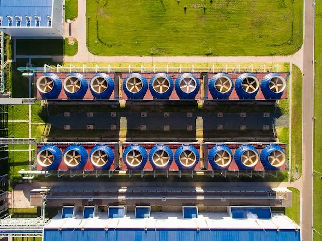 発電所の下のポンプ場が付いている冷却塔の建物