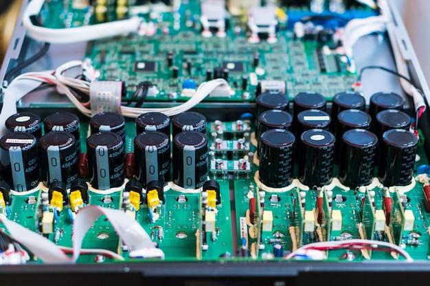 コンピュータ内部のマイクロチップの抵抗器、コンデンサ、その他の電子部品をクローズアップ
