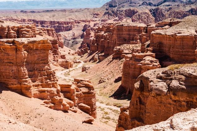 地層は驚くほど大きな赤い砂岩でできています。