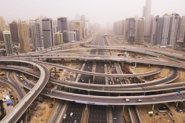 道路、車、電車、高層ビルの未来都市景観の美しい空撮。ドバイ