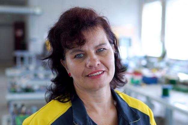 Портрет женщины инженера, работающего с чпу на заводе