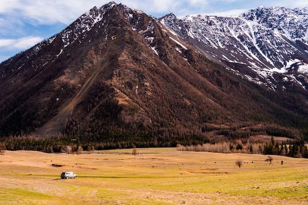 崖とアルタイ山脈の山の谷の素晴らしい景色
