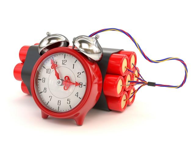 Пачка динамита и часы изолированные на белой предпосылке.