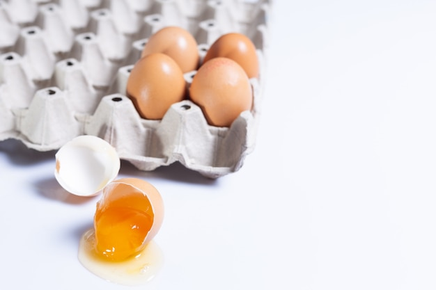 Яйцо в лотке с разбитым яйцом для использования в кулинарии