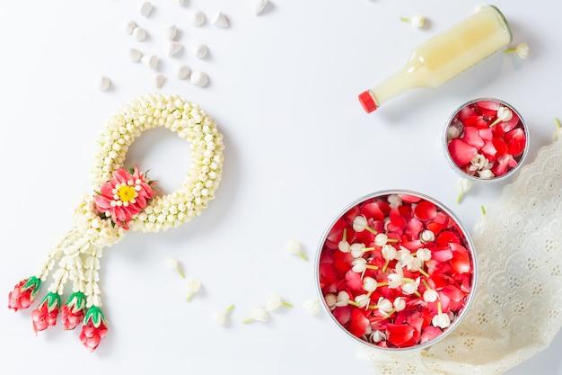 ジャスミンと白バラの花輪。タイのソンクラン祭り。タイの伝統的な