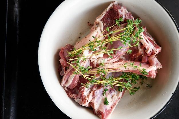 子羊のロース肉とタイムのトップビュー