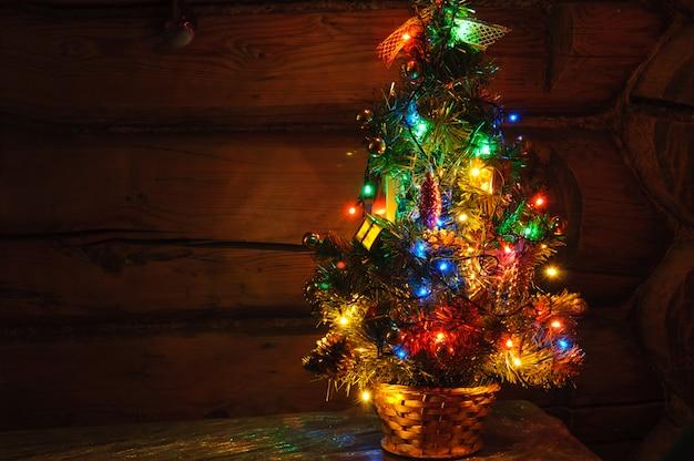 複数の色のライトと小さなクリスマスツリー