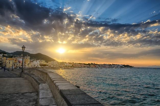 イスキア島、イタリアの夕焼けの街並み