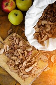 Сушеные яблоки в деревенском стиле
