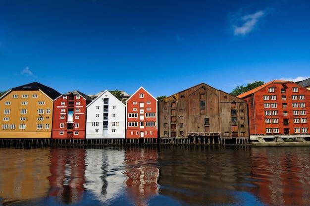 水、トロンハイム、ノルウェーのカラフルな家