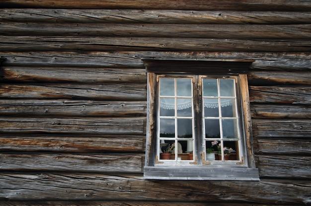 暗い国の木造ログハウス壁と窓