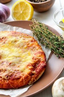 白い木製のテーブルにチーズとミニピザ